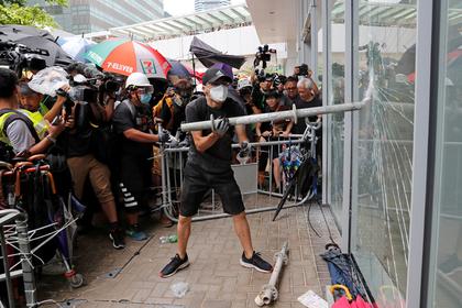 Демонстранты в Гонконге пошли на штурм парламента: Политика: Мир: Lenta.ru