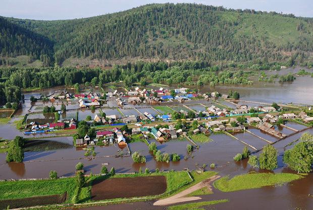 По последним данным, в зону затопления попало 55 населенных пунктов, 27 участков дорог регионального значения и шестикилометровый участок федеральной трассы Р-55 «Сибирь». Кроме того, разрушены 13 автомобильных мостов, сообщает ТАСС.
