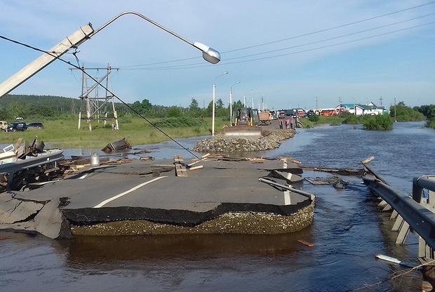 Сильные ливни вернутся в пострадавшую от паводка Иркутскую область уже в субботу, однако в течение рабочей недели они будут не столь интенсивны, сообщает ТАСС. <br></br> Тем временем в регионе начались восстановительные работы. «Электричество подано для почти 14 тысяч граждан. Поставлено под напряжение 103 трансформаторные подстанции. Без электроэнергии остается еще 41 населенный пункт, где проживает около 15 тысяч человек. Необходимо подключить до 200 трансформаторных подстанций», — сообщил губернатор региона Сергей Левченко. <br></br> В ликвидации последствий также задействовали армию.