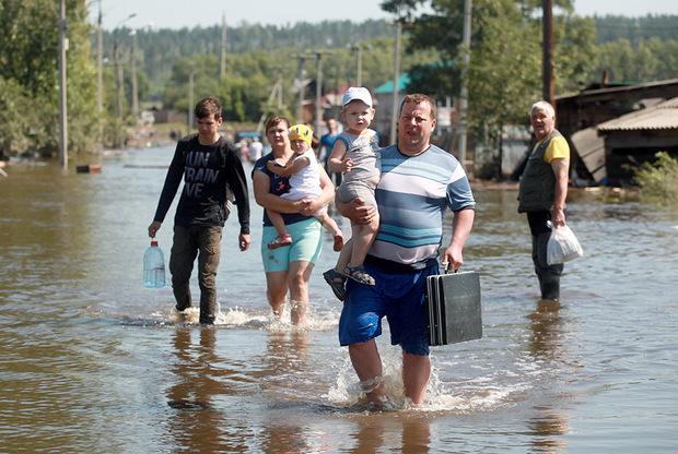 Размер выплат пострадавшим от наводнения уже определен. Распоряжение об этом подписал премьер-министр Дмитрий Медведев.  <br></br> Тем, кто получил травмы, будет выплачено пособие в размере 200 тысяч рублей, если это легкий вред здоровью, или 400 тысяч рублей, если это тяжкий вред или вред средней тяжести. <br></br> Кроме того, семьи граждан, погибших в результате паводка, получат единовременное пособие в размере миллиона рублей. <br></br> Тем россиянам, чье жилье пострадало из-за стихийного бедствия, выплатят единовременную материальную помощь в размере десяти тысяч рублей на человека. Для частично утративших имущество первой необходимости граждан предусмотрена финансовая помощь от 50 тысяч рублей на человека, а в случае полной утраты — до 100 тысяч рублей.