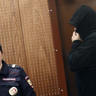 Бывший председатель совета директоров Банка «Европейский экспресс» Олег Кузьмин (справа) во время заседания Тверского районного суда
