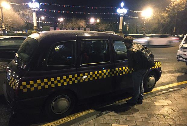 В Азербайджане можно поймать машину у тротуара, а можно воспользоваться приложением-агрегатором Bolt. Но на кэбе вы в таком случае не прокатитесь.