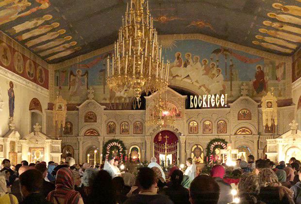 Практически вся богатая роспись —новодел. Храм сильно пострадал во время вооруженных столкновений в январе 1990 года.