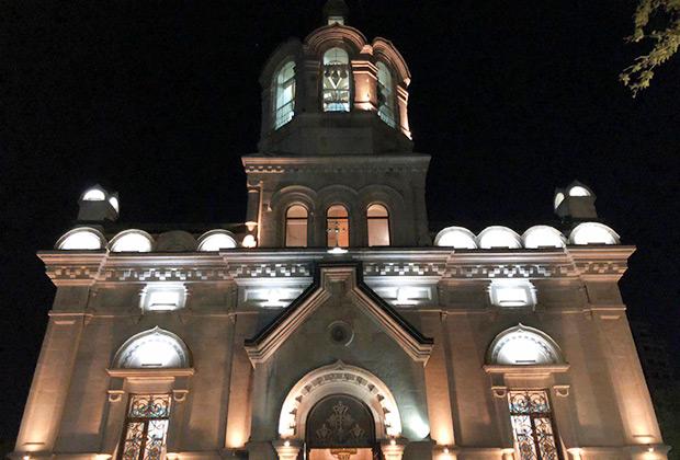 Кафедральный собор Святых жен-мироносиц для выросших в средней полосе России выглядит достаточно экзотично. Большинство церквей, построенных по этому типовому проекту по всей империи, были разрушены.