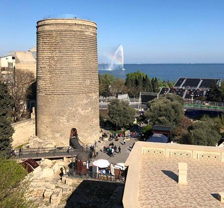 Азербайджан на протяжении всей своей истории был абсолютно толерантен ко всем религиям. До революции рядом друг с другом могли стоять мечеть, православная церковь и католический храм. Да и одна из главных достопримечательностей города Девичья башня — древняя зороастрийская святыня.