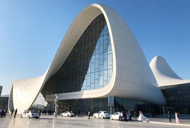 Культурный центр Гейдара Алиева — один из символов современного Баку и обязательная точка для фотографирования брачующихся. Кажется, что сюда съехались все белые Mercedes-Benz, Mercedes-Maybach и Rolls-Royce города.