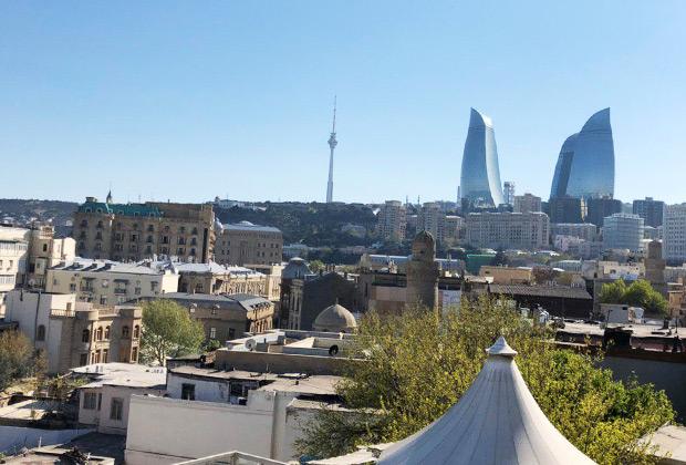 Небоскребы Flame Towers — один из примеров бакинской показухи. Большая часть этажей комплекса пустует. Зато по ночам на их фасадах разыгрывается настоящее световое представление.