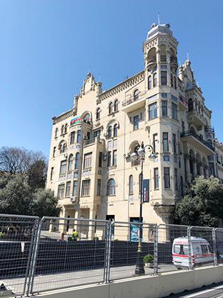 Трасса Формулы-1 в Баку проходит по краю старого города. Болиды проносятся мимо значительной части достопримечательностей города, что создает потрясающую телевизионную картинку.