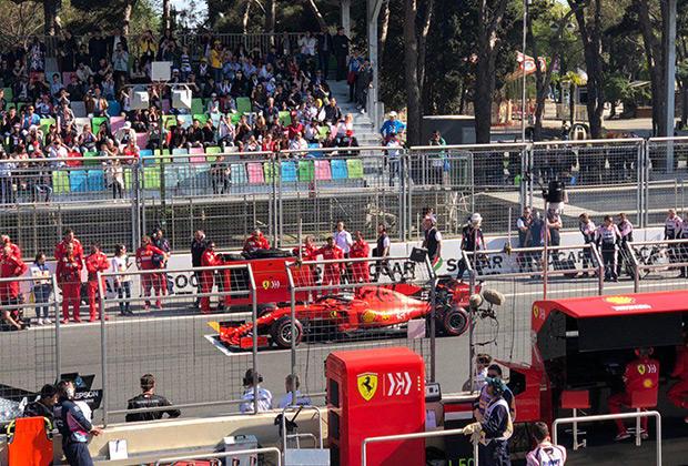 Даже на главной трибуне во время старта было достаточно много свободных мест, но по сравнению с первыми гонками зрителей стало значительно больше.