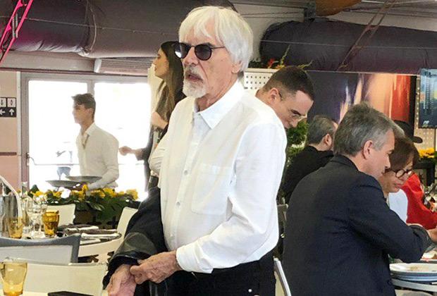 Многолетний владелец коммерческих прав и фактический «хозяин» Формулы-1 Берни Экклстоун привел королеву автоспорта во многие экзотические для нее места, включая Сочи и Баку. Неудивительно, что и в России, и в Азербайджане он почетный гость даже после выхода на пенсию.