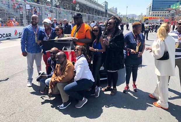 Баку — экзотическое направление для всех любителей гонок. Тем не менее болельщиков здесь хватает, включая весьма колоритных VIP-гостей из Кении.