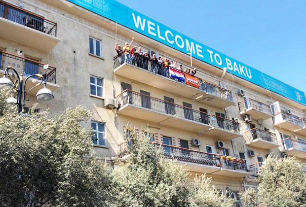 Предприимчивые бакинцы по примеру монегасков начали сдавать свои балконы с видом на трассу болельщикам, К слову, одна из самых массовых делегаций болельщиков прибыла из Голландии, они буквально сходят с ума по лидеру Red Bull Racing Максу Ферстаппену.