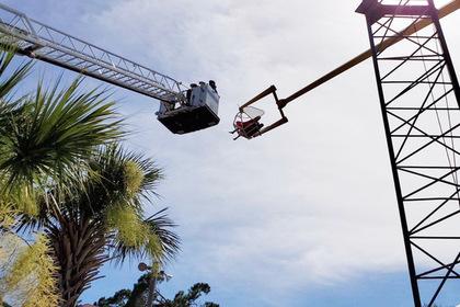 Мужчина пошел кататься на аттракционе и застрял на высоте 16 метров