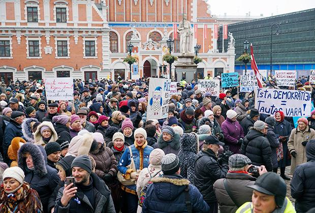 Участники митинга в поддержку мэра Риги Нила Ушакова