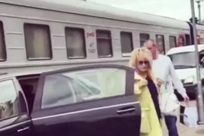 Представитель Пугачевой назвал причину поездки певицы по перрону на машине