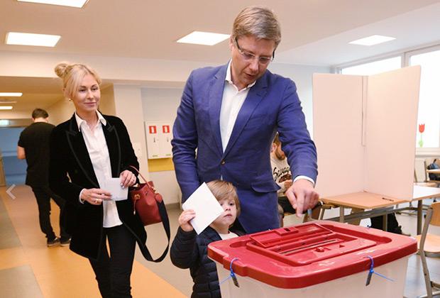 Нил Ушаков с семьей во время выборов в Европарламент