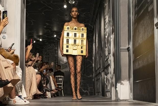 Восходящая звезда подиумов, 17-летняя Мона Тугаард вышла на подиум, прикрытая лишь макетом исторического здания и колготками в сеточку. Модные обозреватели отметили, что Dior — далеко не единственный дом «первого ряда», впечатленный внешностью юной модели в этом сезоне: она участвовала в нескольких дефиле.