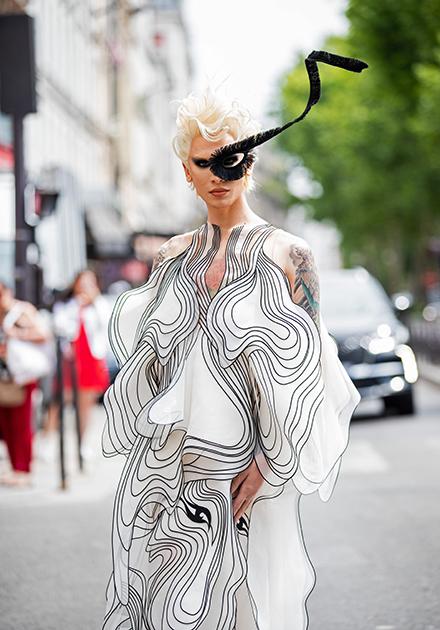 Модель-транссексуал Miss Fame (Куртис Дам-Миккелсен) остается верен своим любимым полупрозрачным тканям, асимметричным воланам и экстравагантным аксессуарам.