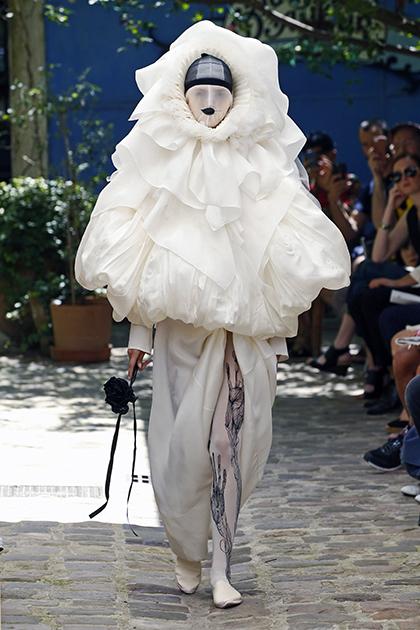 Супружеско-дизайнерский дуэт сербки Наны Аганович и британца Брука Тейлора (бренд Aganovich) вдохновился итальянской комедией дель арте и выпустил на подиум модель в образе Пьеро.
