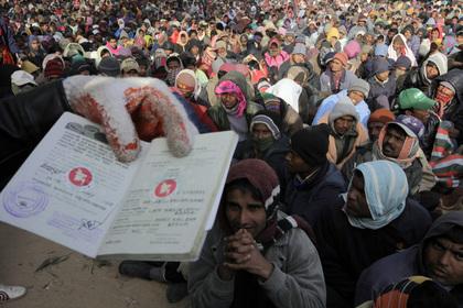 Десятки беженцев погибли после авиаудара по лагерю в Триполи