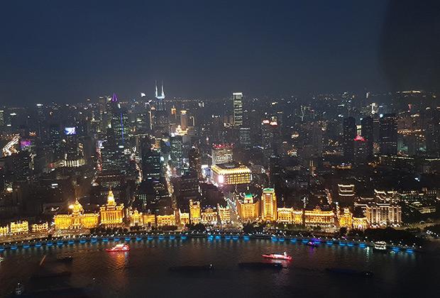 Вид на набережную Вайтань с телебашни «Восточная жемчужина»