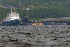 Спасательный буксир Северного флота (слева) и АПЛ «Оренбург», носитель АС-31 «Лошарик»