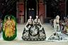 Дизайнерка Гуо Пей из Китая, известная своим «платьем-омлетом» 2015 года для певицы Рианны, превратила моделей в сиамских близнецов в платьях с фижмами (чем-то напоминающих «Актрису Маргариту» с полотна Пиросмани), а другую модель «уложила» в усыпанное цветами подобие ванны.