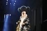 Жан-Поль Готье известен давней преданностью России и ее символам вроде шапки-ушанки. Будущей зимой он предлагает дополнять этим аксессуаром (причем в изрядно гипертрофированном виде) даже декольтированные вечерние платья.