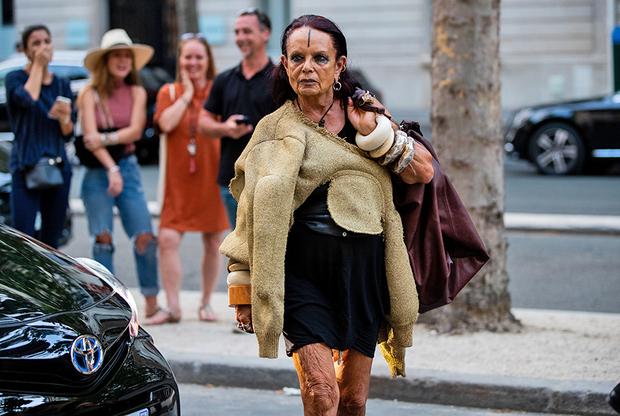Жене и музе модельера Рика Оуэнса Мишель Лами уже очень хорошо за семьдесят, но она совершенно не обращает внимания на этот незначительный факт и выбирает одежду и украшения без оглядки на него.