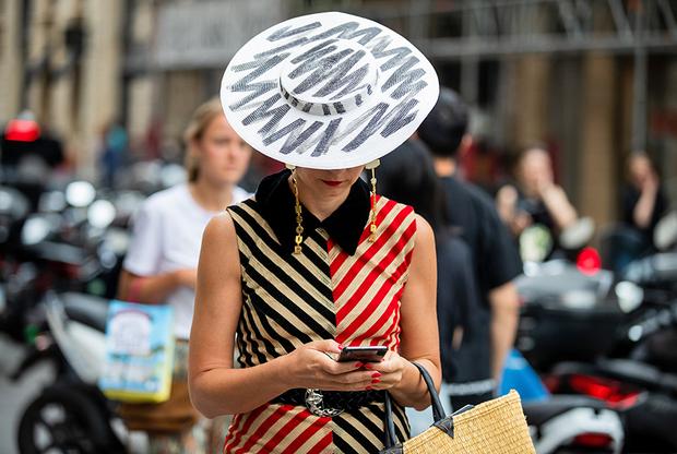 Стилистка и модная редакторка Ева Джеральдина Фонтанелли выбрала для визита на показ Schiaparelli образ в супрематическом стиле 1920-х годов со шляпкой, очертаниями напоминающей испанское сомбреро с невысокой тульей и широкими полями.