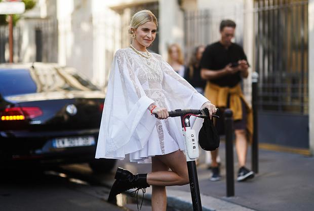 Немецкая блогерка и инфлюэнсерка Каролина Даур начала свою карьеру звезды соцсетей в 2014 году и добилась успеха не в последнюю очередь потому, что всегда улавливает самые актуальные тренды. Так, в нынешнем году она приехала на показ Haute Couture на электрическом самокате.