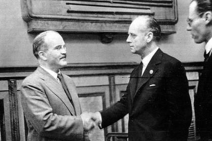 В. Молотов и И. фон Риббентроп