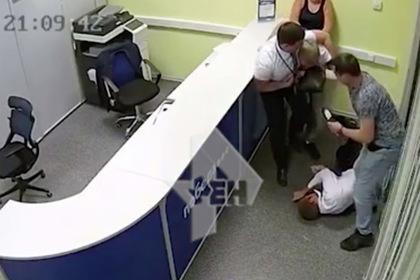 Россиянин опоздал на рейс и избил сотрудника авиакомпании до потери памяти
