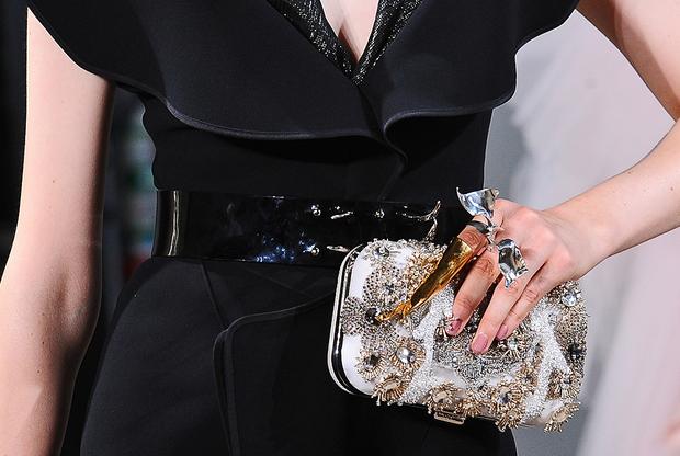Аксессуары и агрессивная готическая бижутерия на показе Maticevski Haute Couture привлекала внимание больше, чем собственно одежда.