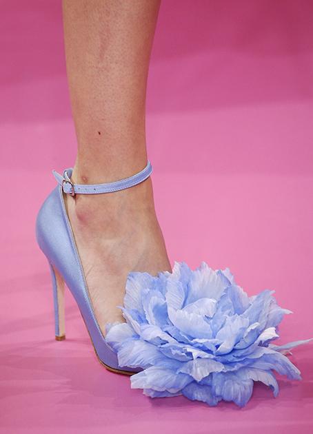 Иногда туфли — это просто красивые классические атласные туфли на высокой шпильке, даже если они украшены громадным пышным цветком, как на показе еще одного ливанского модельера Жоржа Хобейки.