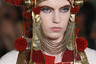 Модель на показе Valentino по прихоти дизайнера Пьерпаоло Пиччолли продемонстрировала головной убор, словно похищенный из краеведческого музея где-нибудь в Поволжье.