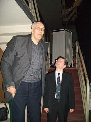 Алексей Свистунов возил баскетболиста Александра Сизоненко в Японию еще в 1990 году на шоу на японском телевидении «Суперлюди мира», тогда он был ростом около 240 см, умирая, имел рост 253 см