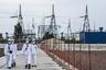 В фильмах, сериалах и на снимках, сделанных сталкерами и туристами, Чернобыльская АЭС всегда выглядит заброшенным монстром. На самом деле здесь постоянно работают люди — защитные конструкции тоже кто-то должен обслуживать.<br><br>Современный купол над злосчастным 4-м реактором получил красивое название «Новый безопасный конфайнмент» (англ. New Safe Confinement, НБК). Его начали строить еще в 2007-м, а ввести в эксплуатацию планировали в 2012-2013 годах. Но реализация проекта затянулась из-за проблем с финансированием.