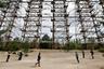 На фото — радиолокационная станция «Дуга», также расположенная в зоне отчуждения. Предназначена для системы обнаружения пусков межконтинентальных баллистических ракет. После 26 апреля 1986 года она была остановлена. Часть оборудования, несмотря на риск его заражения радиацией, демонтировали и перевезли в Комсомольск-на-Амуре, где тоже есть «Дуга».