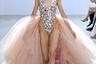 На родине гречанку Селию Критариоти называют «королевой свадебных платьев». Она занимается своим делом уже четверть века, но консерваторкой не стала, о чем явно свидетельствуют ее предельно откровенные наряды с блестками в кабаретном духе из новой коллекции.