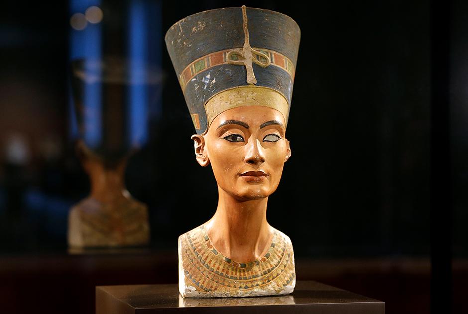 Бюст Нефертити в Новом музее Берлина во время празднования столетия его обнаружения