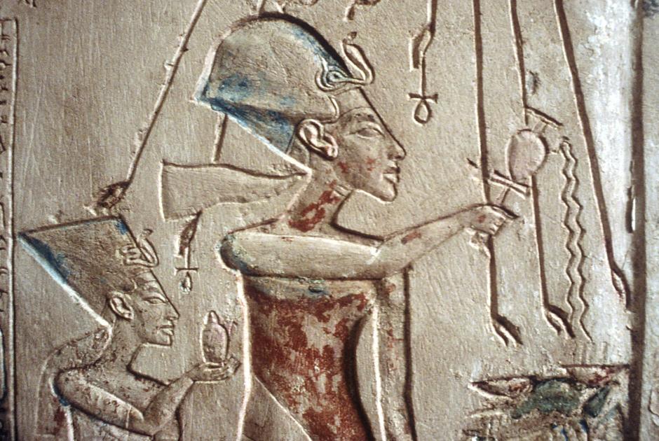 Рельефы Эхнатона и Нефертити в лучах бога Атона, культ которого провозгласила правящая семья. Египетский музей, Каир