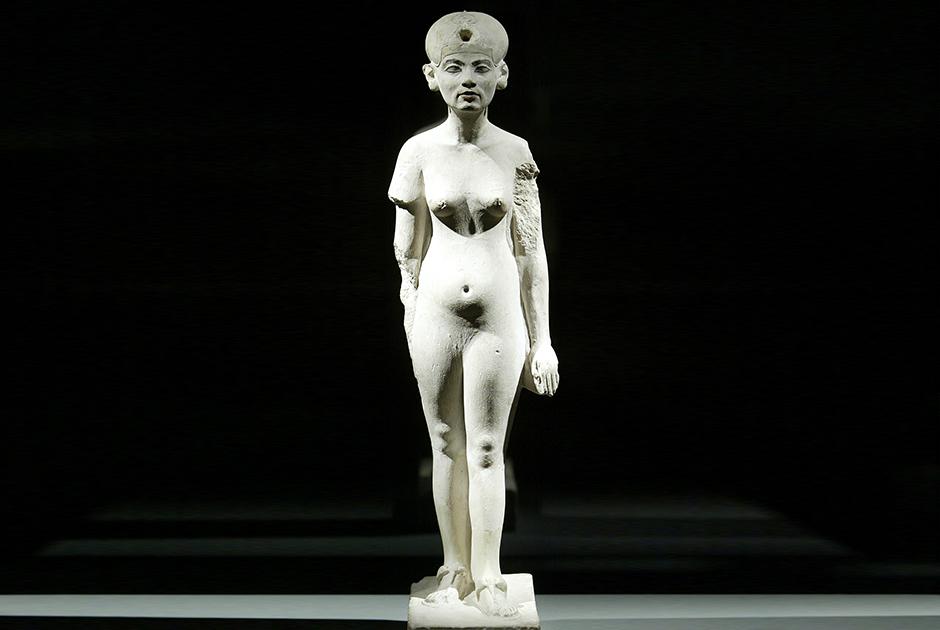 Недатированная статуя царицы Нефертити в Берлинском Египетском музее