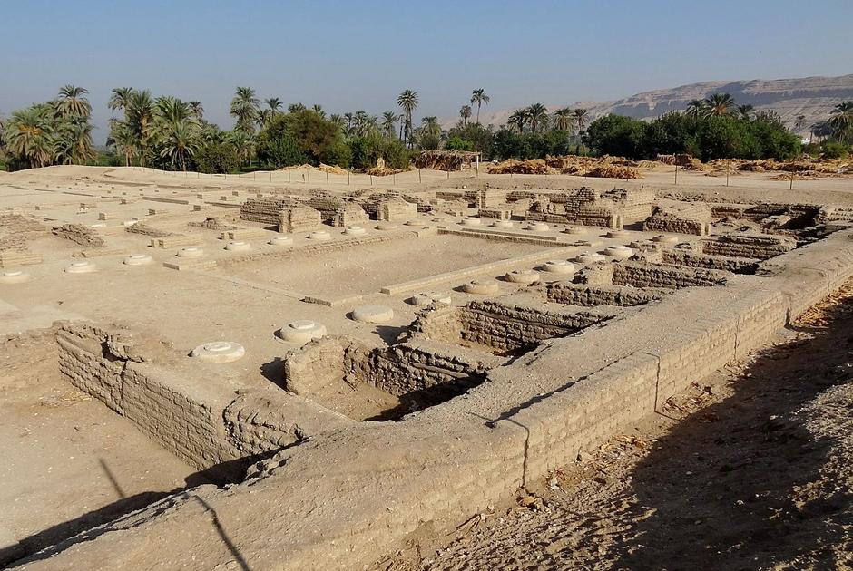 Руины Северного дворца Нефертити близ берега Нила
