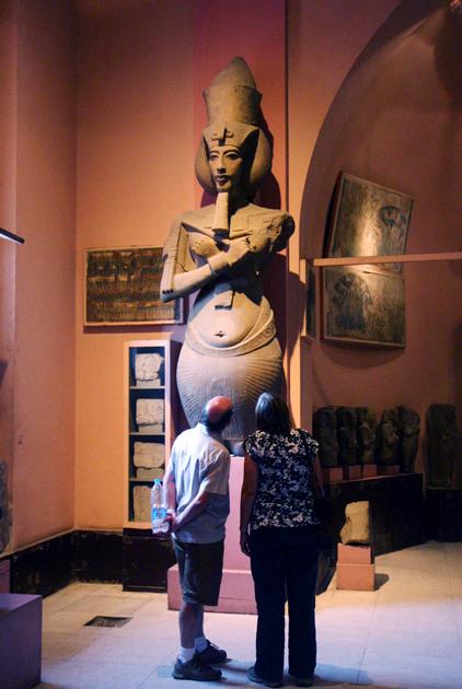 Туристы осматривают статую Эхнатона в Египетском музее в Каире