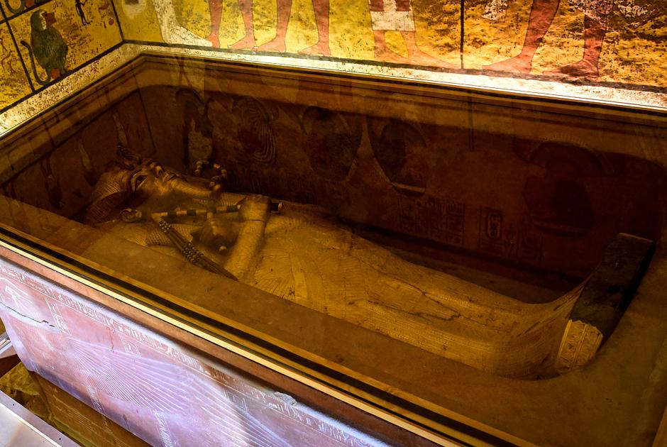 Золотой саркофаг Тутанхамона — наследника Эхнатона и Нефертити, положившего конец культу единого бога Атона
