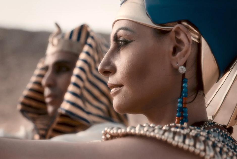 В кино Нефертити традиционно изображают властной и успешной правительницей при слабом и женственном Эхнатоне