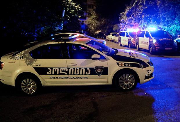 Машины полиции у здания телекомпании «Рустави 2»
