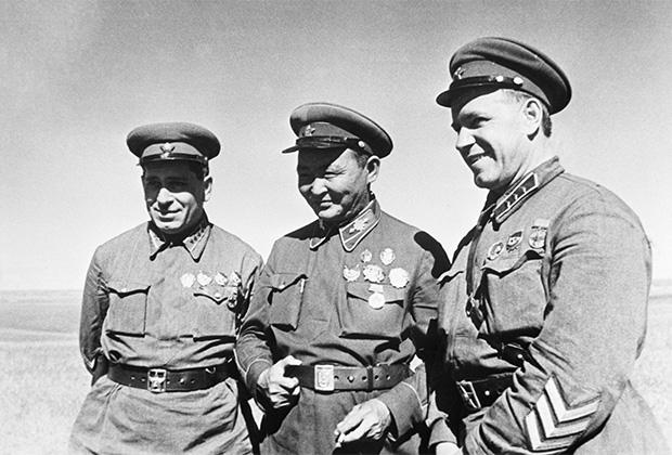 Маршал Монгольской Народной Республики Хорлогийн Чойбалсан (в центре), командир корпуса Георгий Константинович Жуков (справа) и командарм 2 ранга Георгий Михайлович Штерн (слева) в районе боевых действий на Халхин-Голе. Май 1939 года