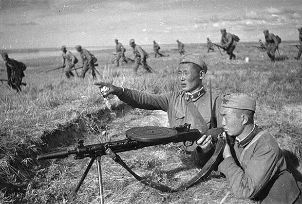 Монгольские солдаты на передовой во время боев на Халхин-Голе. 1939 год